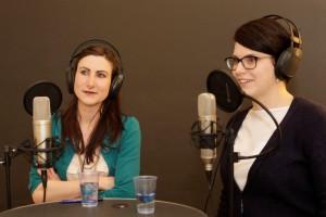 Lea Ladner (links) und Nicole Cathry diskutieren über die Abtreibungsfinanzierung