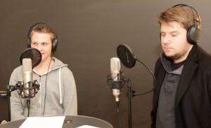 Fabio Affentranger (links) und Sebastian Züst diskutieren über Masseneinwanderung